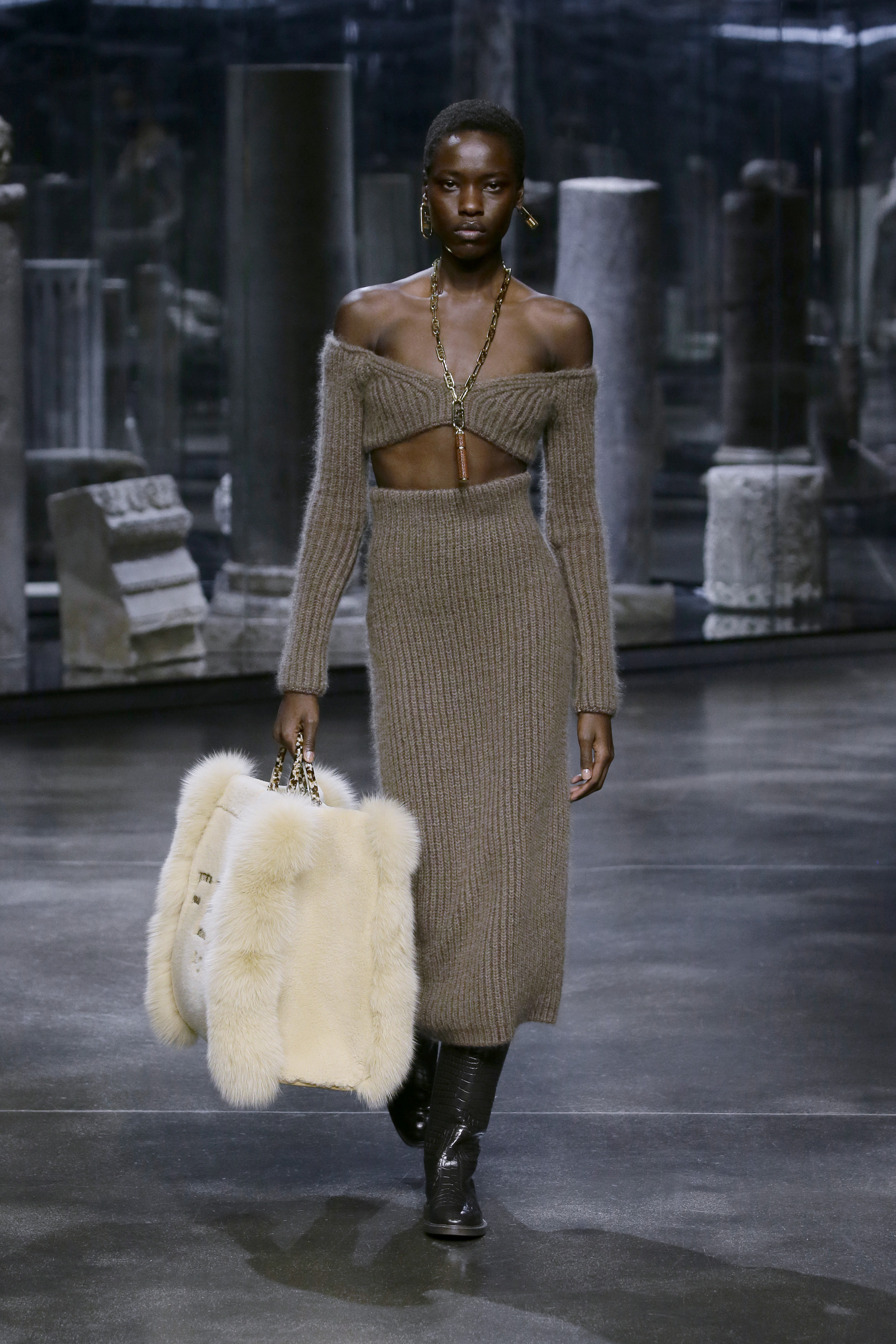 Kim Jones crafts a very wearable collection for Fendi (фото 17)